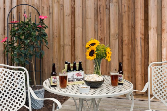Abbey's Lantern Hill Inn: The fenced-in back garden courtyard of the pet-friendly Cottage with local craft beer.