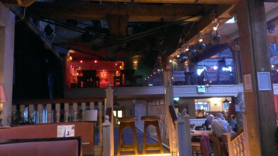 Tallaght, Irlandia: The stage and a view of (part of) the upstairs area