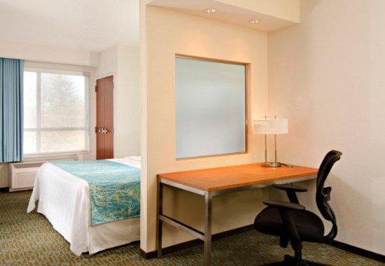 Bridgeton, MO: King Suite