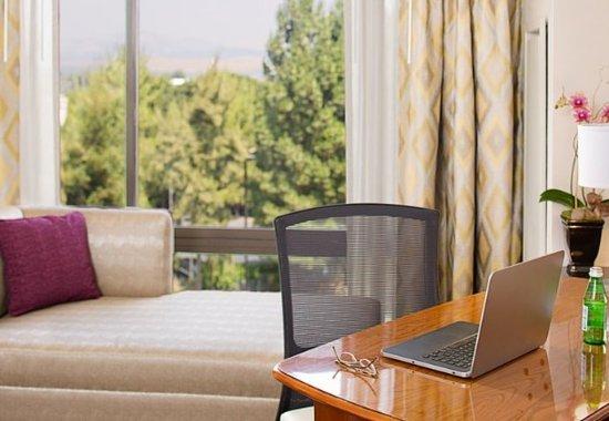 Pleasanton, كاليفورنيا: Guest Room – Work Desk