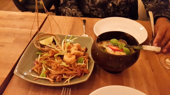 Ross-on-Wye, UK: Prawn Pad Thai and Chicken Green Curry