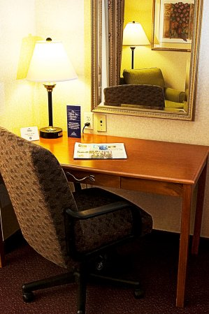 White River Junction, VT: Spacious well lit work areas in guest rooms and suites