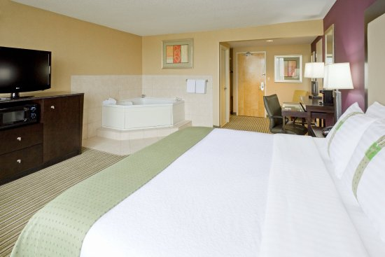 Parsippany, NJ: Spacious Jacuzzi Suite with sleeper sofa accommodating up to 4 per