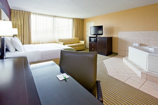 Holiday Inn Hotel & Suites Parsippany Fairfield: Soak in the Jacuzzi before drifting away