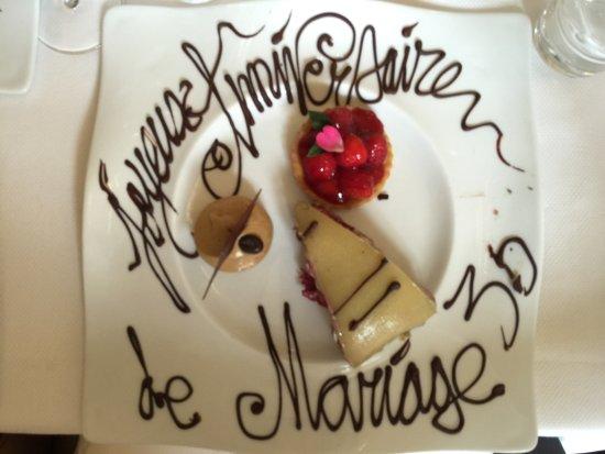 Οσέρ, Γαλλία: assiette décorée et petits gâteaux