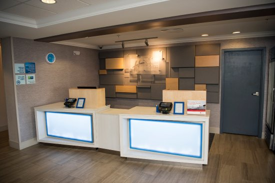 Holiday Inn Express Hotel & Suites Lexington- Downtown / University: Front Desk