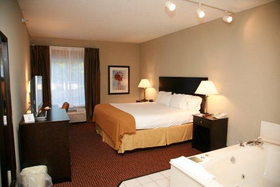 New Haven, IN: Jacuzzi Suite