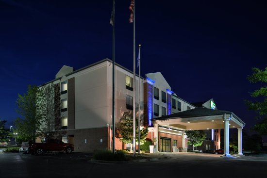 Holiday Inn Express Hotel & Suites Milwaukee-New Berlin: Hotel Exterior
