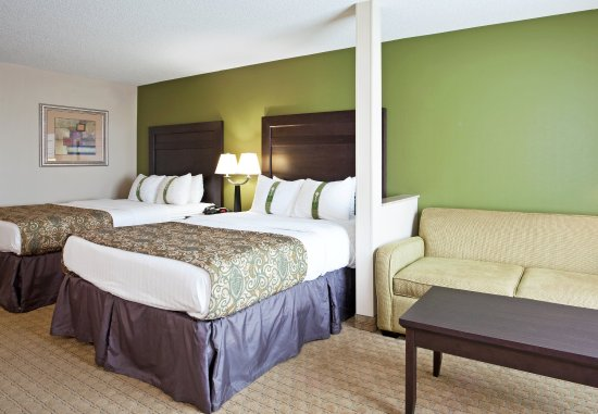 Holiday Inn Toledo/Maumee: Two Queen Beds and a Sofa (Bed) provide family comfort