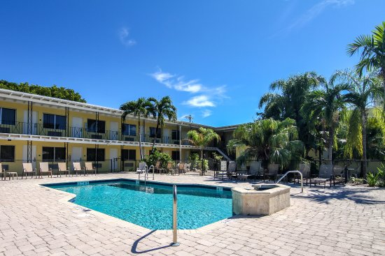 Rodeway Inn & Suites: Outdoor pool