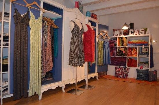 En mezzanine, une armoire pleine de vêtements et de la déco pour la ...