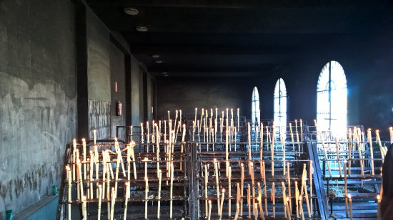 Almonte, Spagna: cappella votiva coi muri completamente anneriti dal fumo delle candele che vengono accese in con