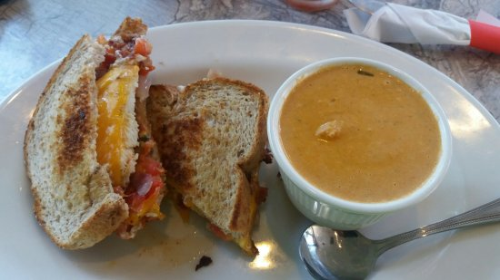 New Glarus, Wisconsin: Concord Chicken Bacon and Tomato Bisque
