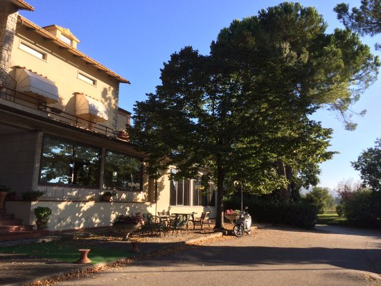 Ponte Valleceppi, Italien: Frontside of the hotel with large parking space on own grounds. Beautiful park and trees around.