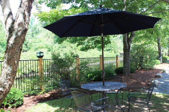 Peterborough, Nueva Hampshire: Outdoor seating for breakfast or anytime of the day