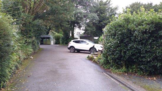 Tavistock, UK: Driveway to the reception and recycling bins