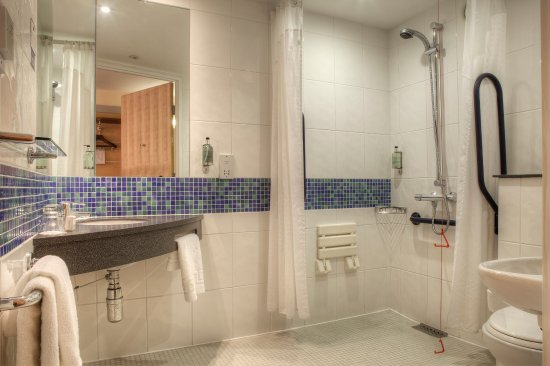 Holiday Inn Express Glasgow City Centre - Theatreland: Wheelchair Accessible en-suite bathroom with walk in shower