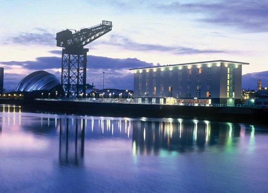 Hilton Garden Inn Glasgow City Centre: River at Night