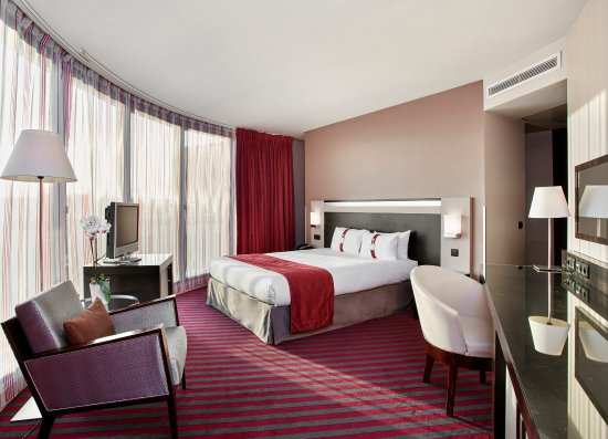 Holiday Inn Paris-Porte De Clichy: Bright and spacious corner room with view upon paris rooftops
