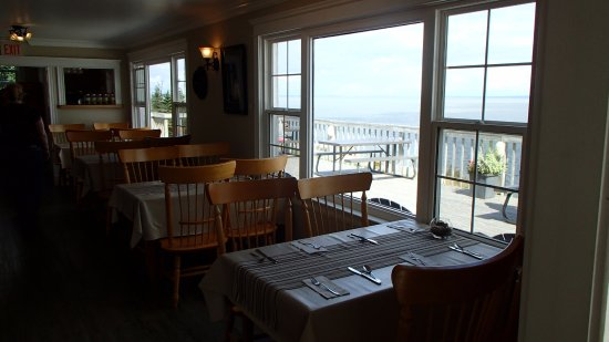 Waterside, Canadá: Indoor seating at Cape Enrage's restaurant