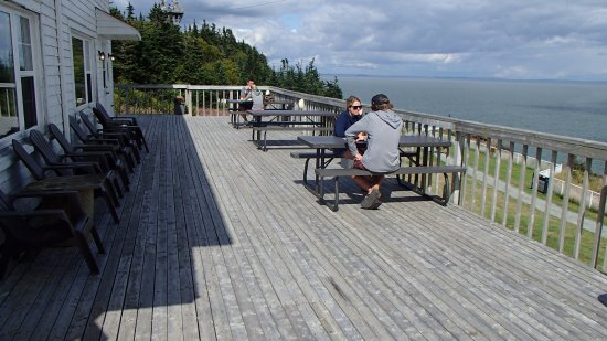Waterside, Canadá: Outdoor deck seating at Cape Enrage's restaurant