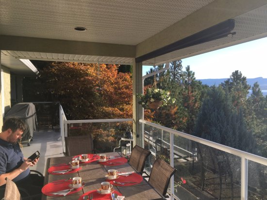 Apple Blossom Bed & Breakfast: When the sun is out, breakfast is served on the upper balcony
