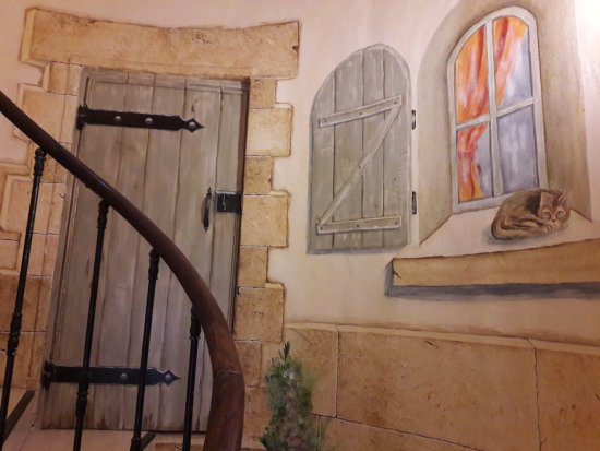 Le Beausset, Francia: L'escalier en colimaçon et les jolies peintures en trompe-l'oeil