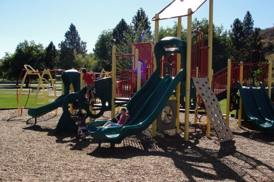 Klamath Falls, OR: Children's play area on the lake side of the park. Wonderful place to spend the afternoon.