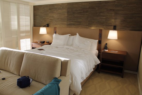 Bed Ocean Front Room - King - Picture of Four Seasons Resort Oahu at ...