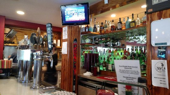 Camano Island, WA: Small but stocked bar area
