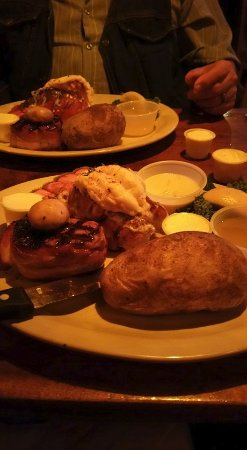 Depoe Bay, Oregón: Bacon Wrapped Filet and Maine Lobster Tail...YUMMMM.