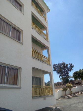 Kokkinos Hotel Apartments: Парковка справа от здания отеля.
