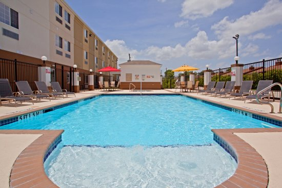Candlewood Suites Westchase-Westheimer: Enjoy the outdoor swimming pool