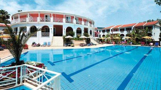 Bitzaro Palace Hotel: The swimming pool and accomodation