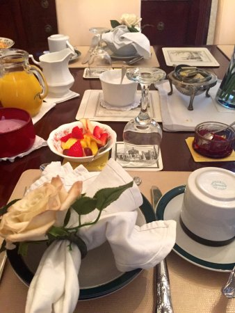 Green Gables Bed & Breakfast: Beautifully displayed breakfast
