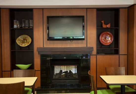 Bedford, بنسيلفانيا: Lobby Fireplace