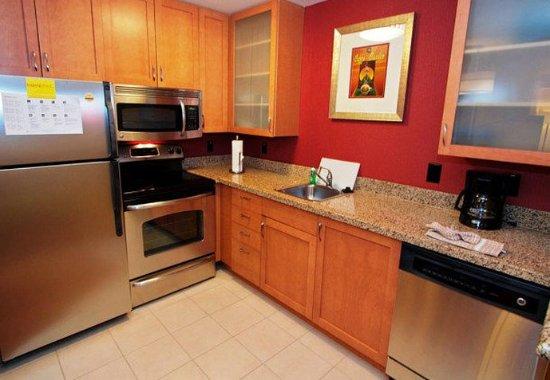 College Station, Teksas: Two-Bedroom Suite Kitchen