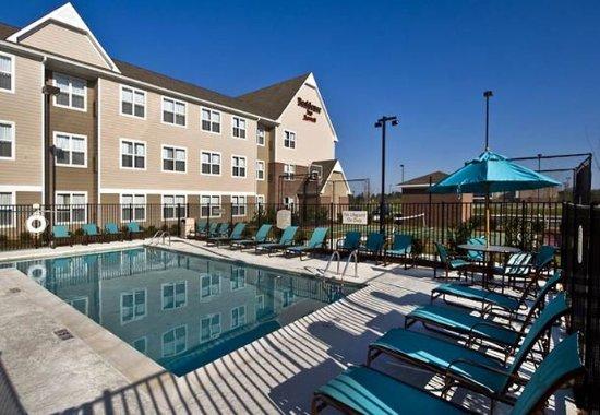 Hattiesburg, MS: Outdoor Pool & Deck