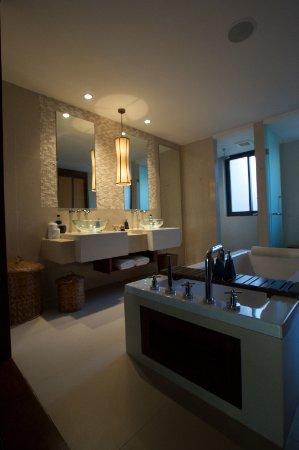 Prachtige grote badkamer - Picture of Movenpick Resort Bangtao Beach ...