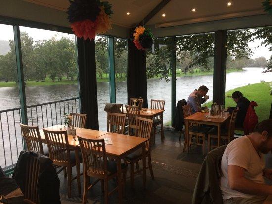 Форд, Норвегия: Restaurantens borde lige ved floden