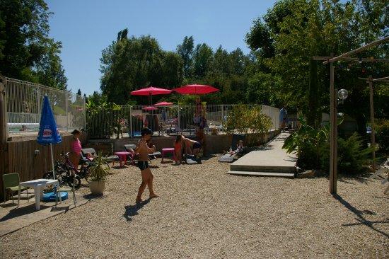Rauzan, ฝรั่งเศส: Espace détente entre le snack et la piscine