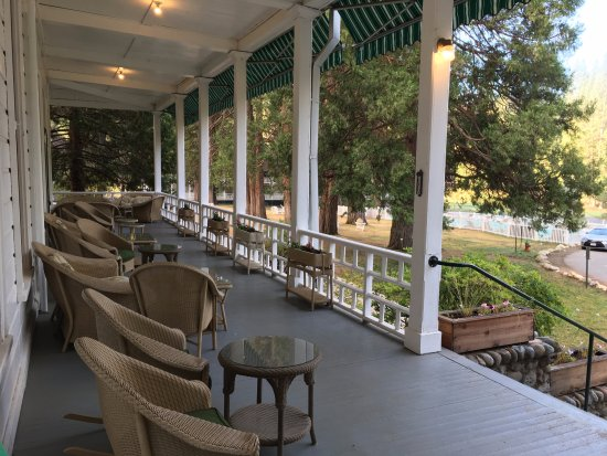 Wawona, CA: Wide verandas, perfect place to relax.