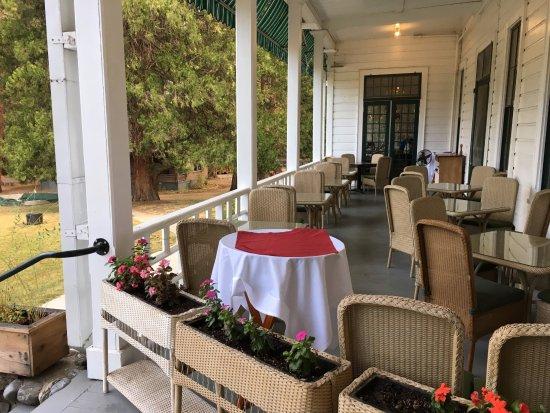 Wawona, CA: Outdoor dining area