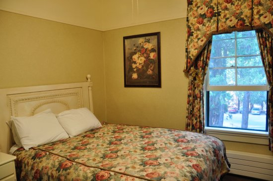 Wawona, CA: Queen bed room without bath