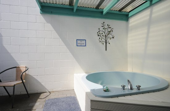 ASURE Palm Court Rotorua : Spa pool