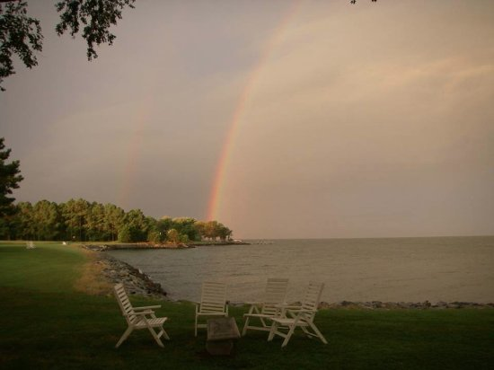 Columbia, Nueva Jersey: Sunrise rainbow seen from Wades Point Inn on the Chesapeake Bay.