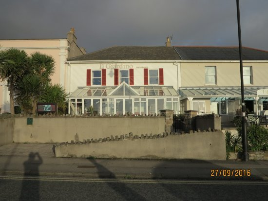 Clevedon, UK: The front of the restaurant with views of the historic pier