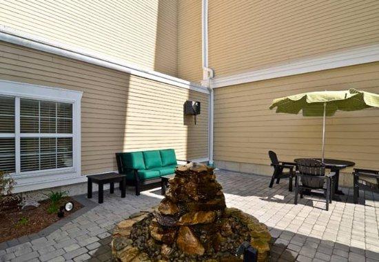 Fairfield Inn & Suites New Bedford: Outdoor Patio