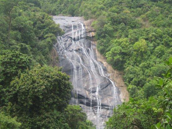 Bentota, Sri Lanka: Wasserfall im Dschungel, den eigentlich nur Einheimische zu Gesicht bekommen