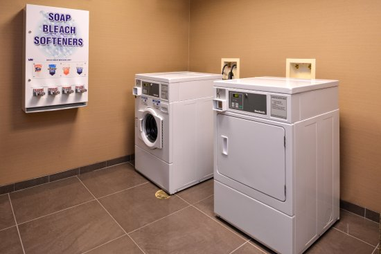 Holiday Inn Express & Suites Fairmont: Laundry Facility